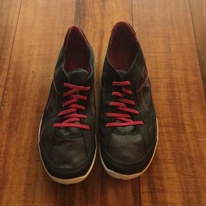 Clarks sneakers size 10 black / pink like new